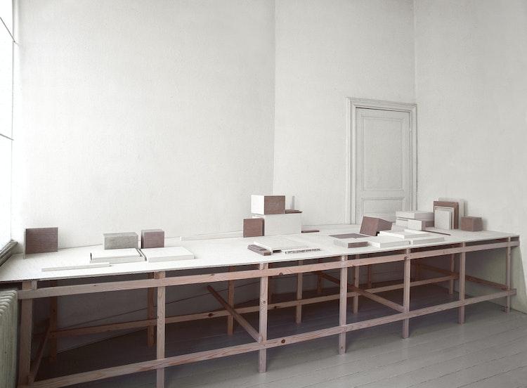 krijt, hout, 450 x 165 x 79 cm