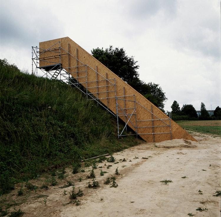 2,40 m x 13 m x 1,20 m, Tongeren; hout, stellingen en zwarte verf