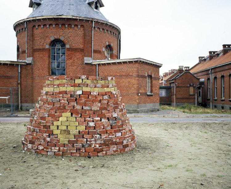 in-situ sculptuur gemaakt van 1000 gerecycleerde bakstenen. 2,00 x 2,20 x 2,20 m