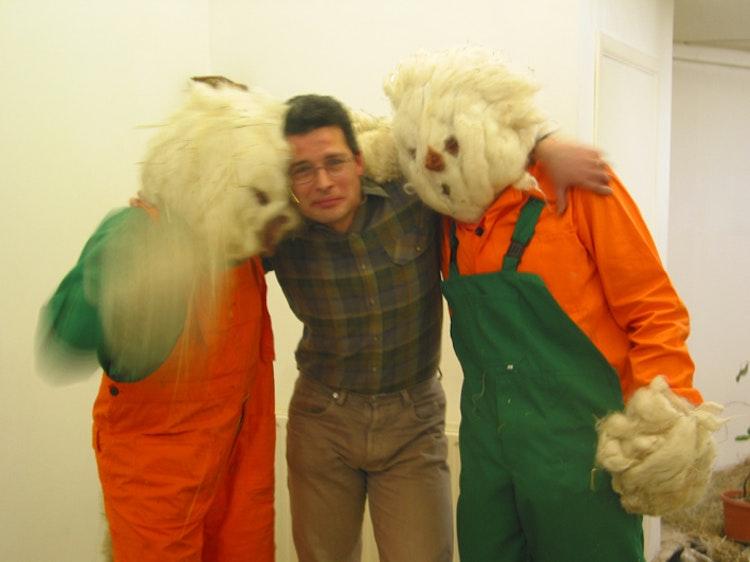 Kwik en Kwak met hun opvoeder. Courtesy of Dependance Gallery, Brussels.