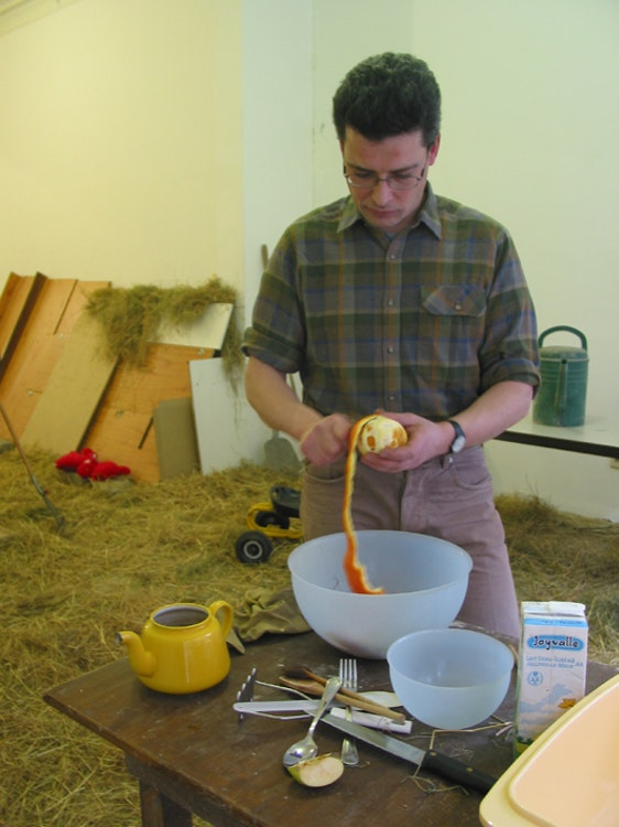 De opvoeder maakt een maaltijd klaar voor Kwik en Kwak. Courtesy of Dependance Gallery, Brussels.