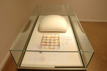 Vitrinekast met schetsen, raster en plaatster volume