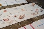 deel van de installatie 'Villa Doorsparen', 2001, detail  Z.t. (13 dekens) 1998-2001 dweilen, knoopjes, garen, linten, elk 100 cm x 170 cm