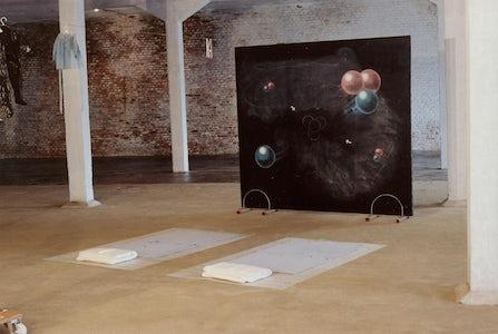Deel van de installatie 'Villa Doorsparen', 2001   Z.t. (hemellichamen), 1991-1999 fietsenstaanders, krijt, schoolbordverf, doek, hout 170 x 188 x 25 cm  Z.t (2 bedden) 1999-2000 dweilen, knopen, garen, spelden, labels, bubbelfolie elk 180 cm x