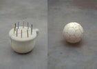 Z.t. (nachtpot), 1996-1997 plaaster, krijt 35 x 28 x 27 cm  Z.t. (navelbal), 1995-1997 plaaster, boenwas, koord 21 cm