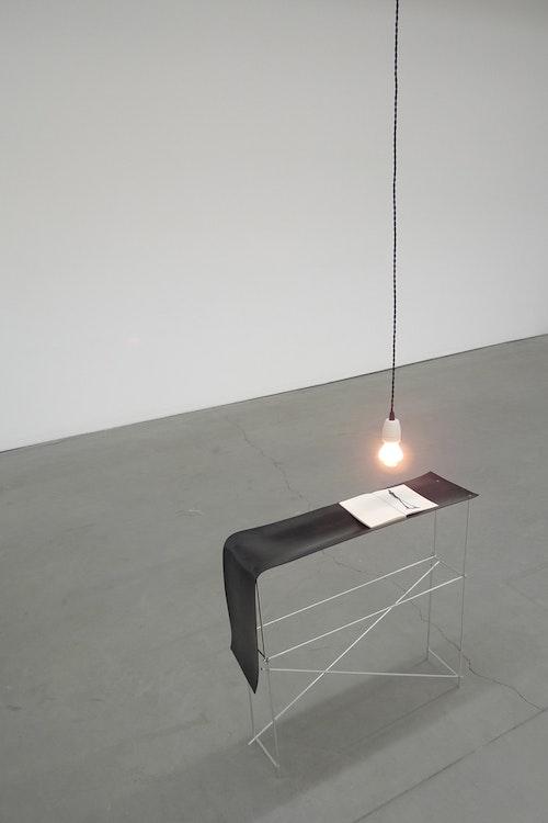 Table illuminée avec un livre sur Giacometti