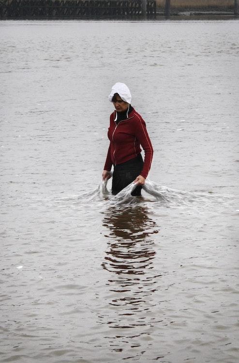 Zeeuws meisje draagt het water
